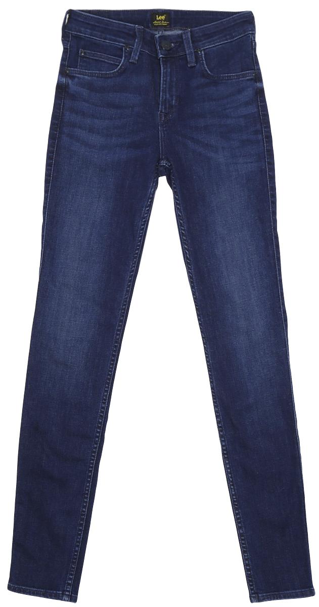 ДжинсыL529HAFNСтильные женские джинсы Lee Jodee выполнены из хлопка с добавлением полиэстера и эластана. Материал мягкий и приятный на ощупь, не сковывает движения и позволяет коже дышать. Джинсы-скинни средней посадки застегиваются на пуговицу в поясе и ширинку на застежке-молнии. На поясе предусмотрены шлевки для ремня. Спереди модель оформлена двумя втачными карманами и одним маленьким накладным кармашком, а сзади - двумя накладными карманами. Модель оформлена эффектом потертости и перманентными складками.