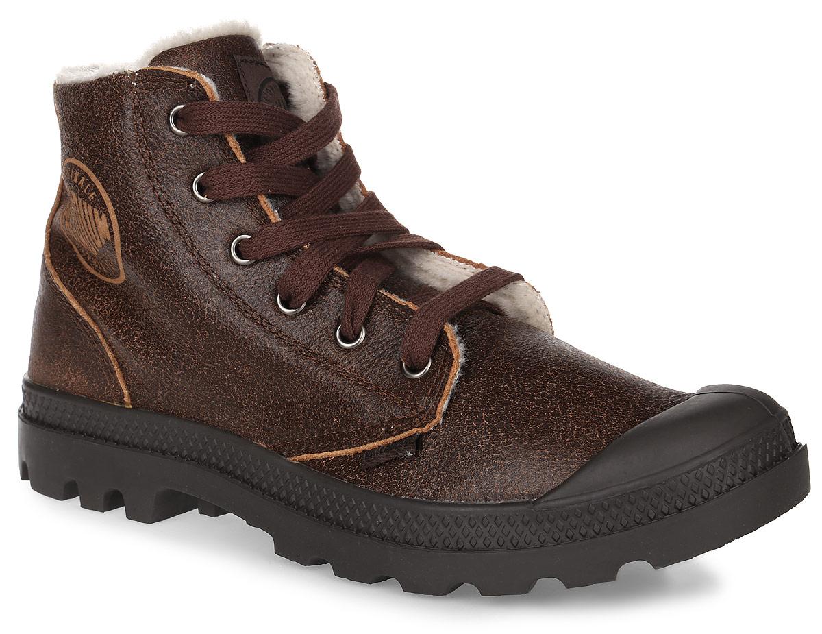 02609-072Стильные мужские ботинки Pampa Hi Leather S от Palladium прекрасно подойдут для повседневной носки в холодную погоду. Верх ботинок выполнен из натуральной кожи. Подкладка изготовлена из натуральной шерсти, которая сохранит ваши ноги в тепле. Фиксируется модель на ноге при помощи плотной классической шнуровки. Прорезиненный мысок позволит продлить срок службы изделия. Стелька EVA для амортизации и комфорта при ходьбе. Резиновая подошва с глубоким протектором обеспечивает превосходное сцепление на любой поверхности. Оформлена модель сбоку и на язычке названием бренда. Такие ботинки подчеркнут ваш стиль и индивидуальность!