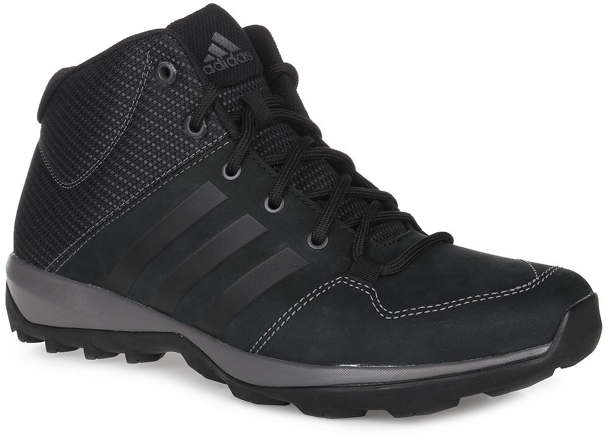 БотинкиB27276Мужские высокие ботинки Daroga Plus Mid от adidas с текстильным голенищем и дышащей сетчатой подкладкой выполнены из мягкого нубука. Легкая и упругая промежуточная подошва и цепкая подметка Traxion обеспечивают комфорт и устойчивость на пересеченной местности, специальный глубокий протектор адаптирован для оптимального сцепления даже с мокрыми поверхностями. Вставка Adiprene в пяточной части обеспечивает превосходную амортизацию при ударных нагрузках. Классическая шнуровка надежно зафиксирует модель на ноге. По бокам модель оформлена фирменными тремя полосками.