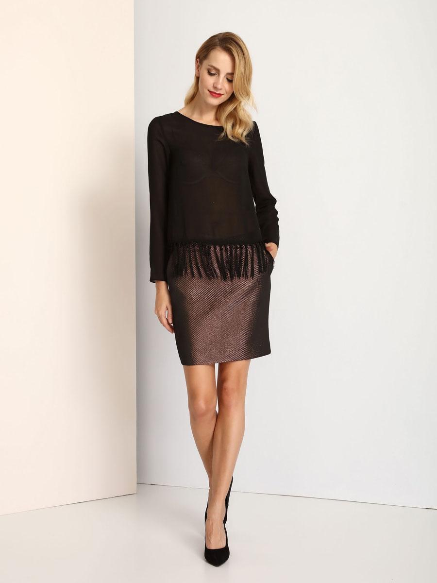 БлузкаSBD0627CAЖенская блуза Top Secret с длинными рукавами и круглым вырезом горловины выполнена из 100% полиэстера. Блузка имеет свободный крой и застегивается на пуговицу на спинке. По низу блузка дополнена декоративными кисточками.