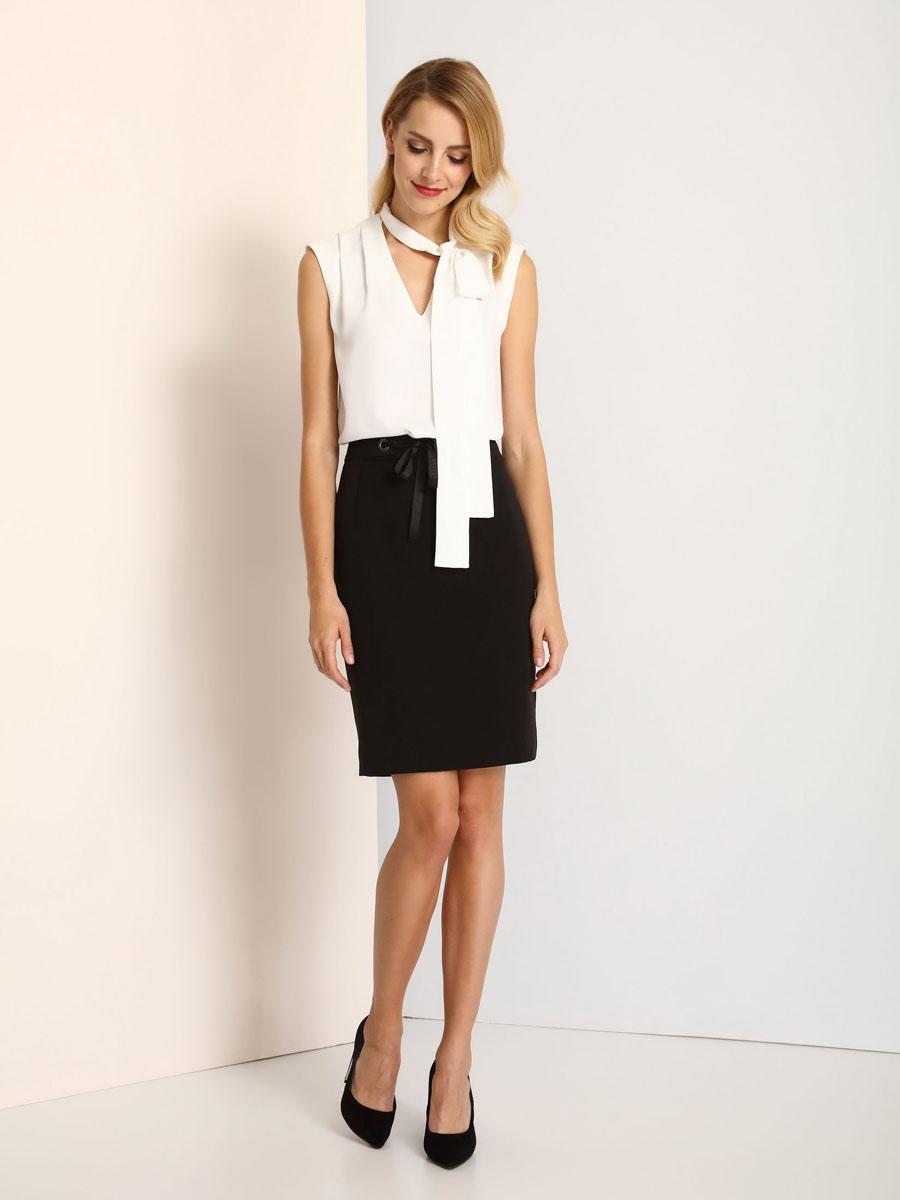 БлузкаSBW0290BIМодная женская блузка Top Secret изготовлена из высококачественного полиэстера. Модель свободного кроя с воротником-аскот и без рукавов оформлена спереди декоративным V-образным вырезом.