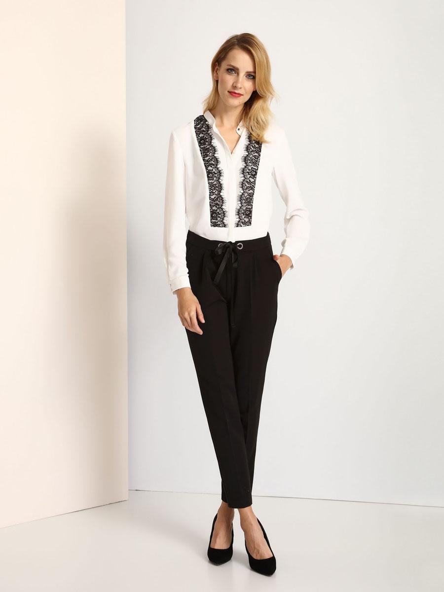 SKL2152BIЖенская блуза Top Secret с длинными рукавами и круглым вырезом горловины выполнена из полиэстера. Блузка имеет свободный крой и застегивается на пуговицы на груди. Манжеты рукавов также застегиваются на пуговицы. Горловина дополнена узкой вставкой, застегивается на металлическую пуговицу. Блузка украшена кружевными вставками.
