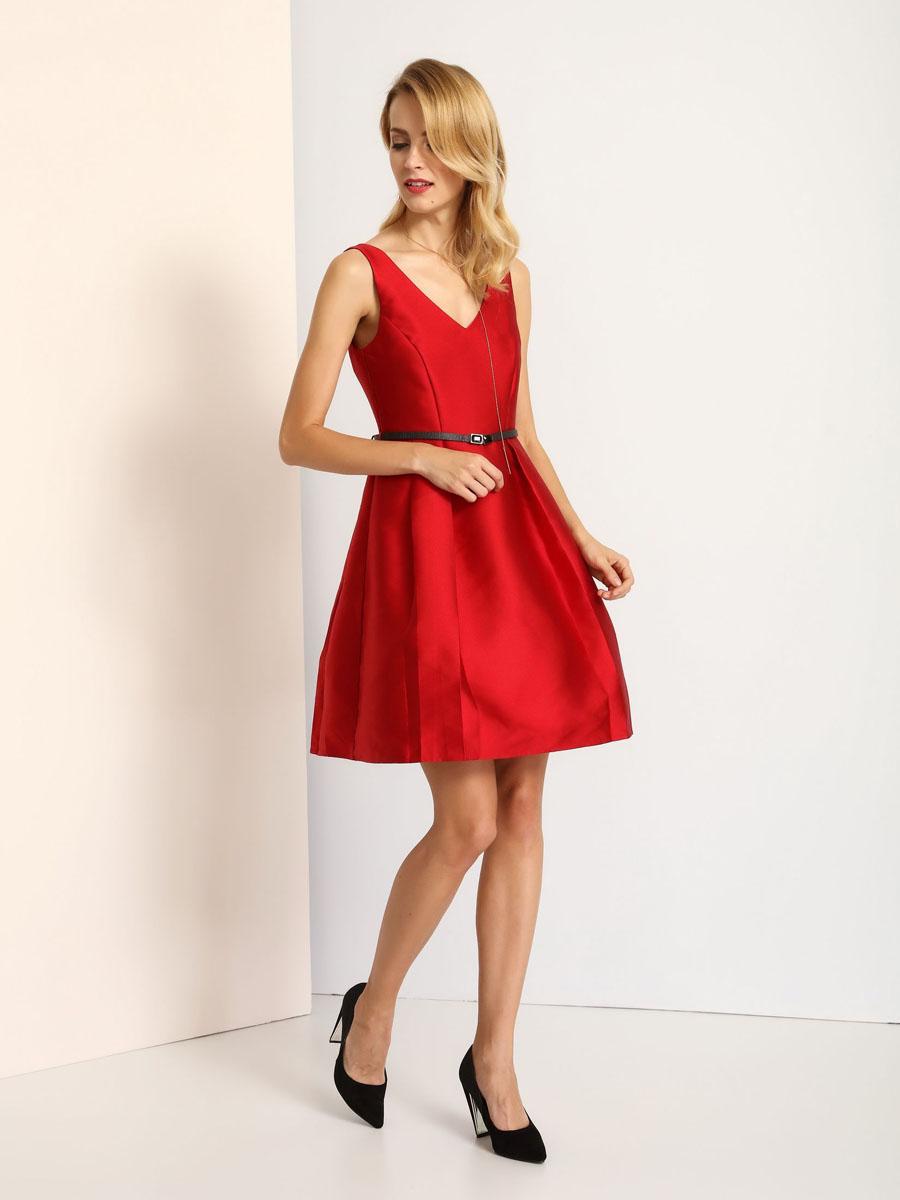 ПлатьеSSU1718CEаМодное платье Top Secret станет отличным дополнением к вашему гардеробу. Модель выполнена из высококачественного полиэстера. Платье-миди с V-образным вырезом горловины и без рукавов застегивается на застежку-молнию, расположенную на спинке. На талии модель дополнена стильным ремешком. Нижняя часть подкладки дополнена сетчатым материалом, который придает платью пышность. Платье оформлено декоративными складками.