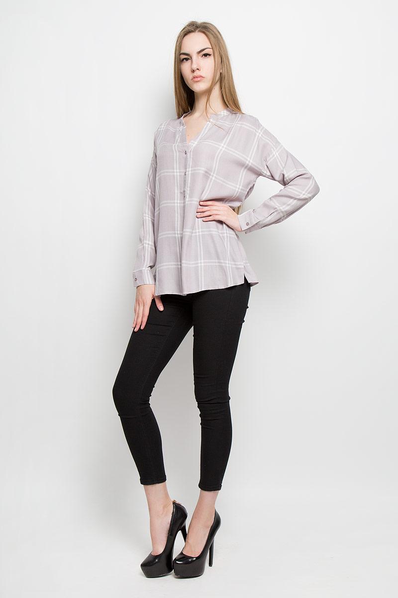 Блузка10156970_001Женская блуза Broadway Treena с длинными рукавами и V-образным вырезом горловины выполнена из натуральной вискозы. Блузка имеет свободный крой и застегивается на пуговицы на спереди. Манжеты рукавов также застегиваются на пуговицы. Модель оформлена принтом в крупную клетку.