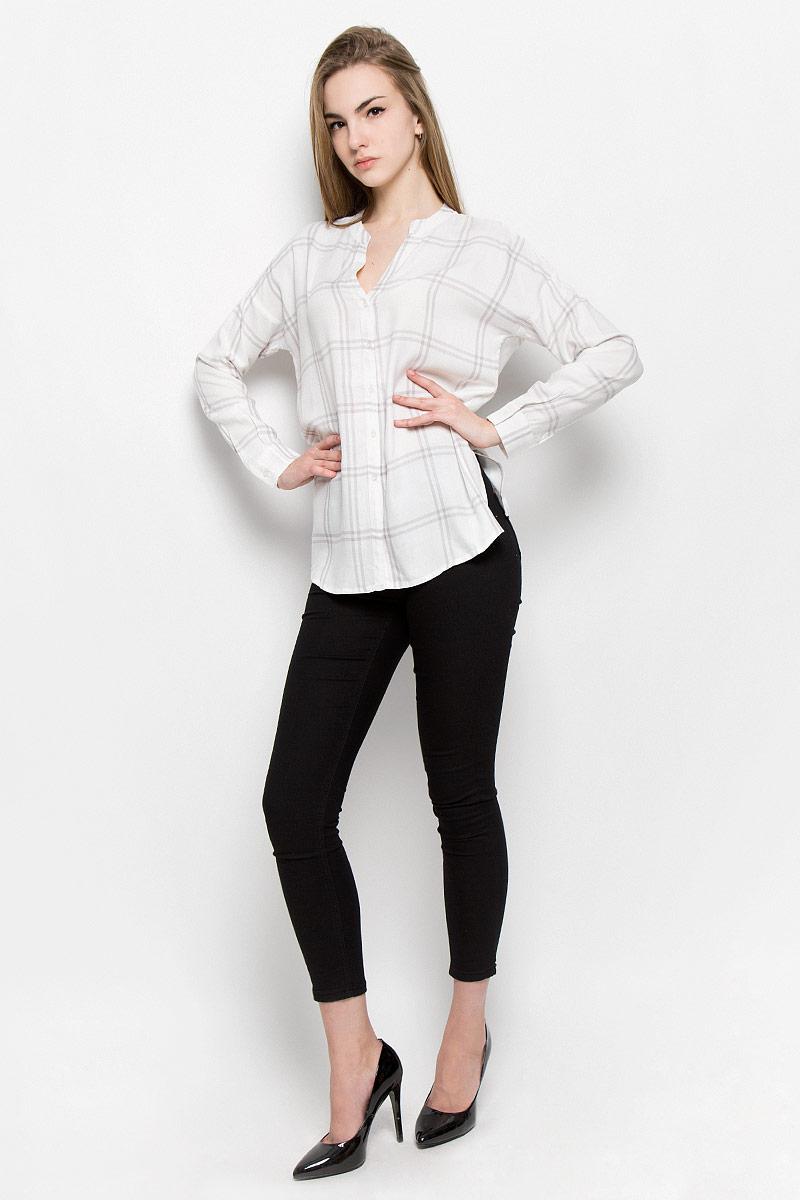 10156970_001Женская блуза Broadway Treena с длинными рукавами и V-образным вырезом горловины выполнена из натуральной вискозы. Блузка имеет свободный крой и застегивается на пуговицы на спереди. Манжеты рукавов также застегиваются на пуговицы. Модель оформлена принтом в крупную клетку.