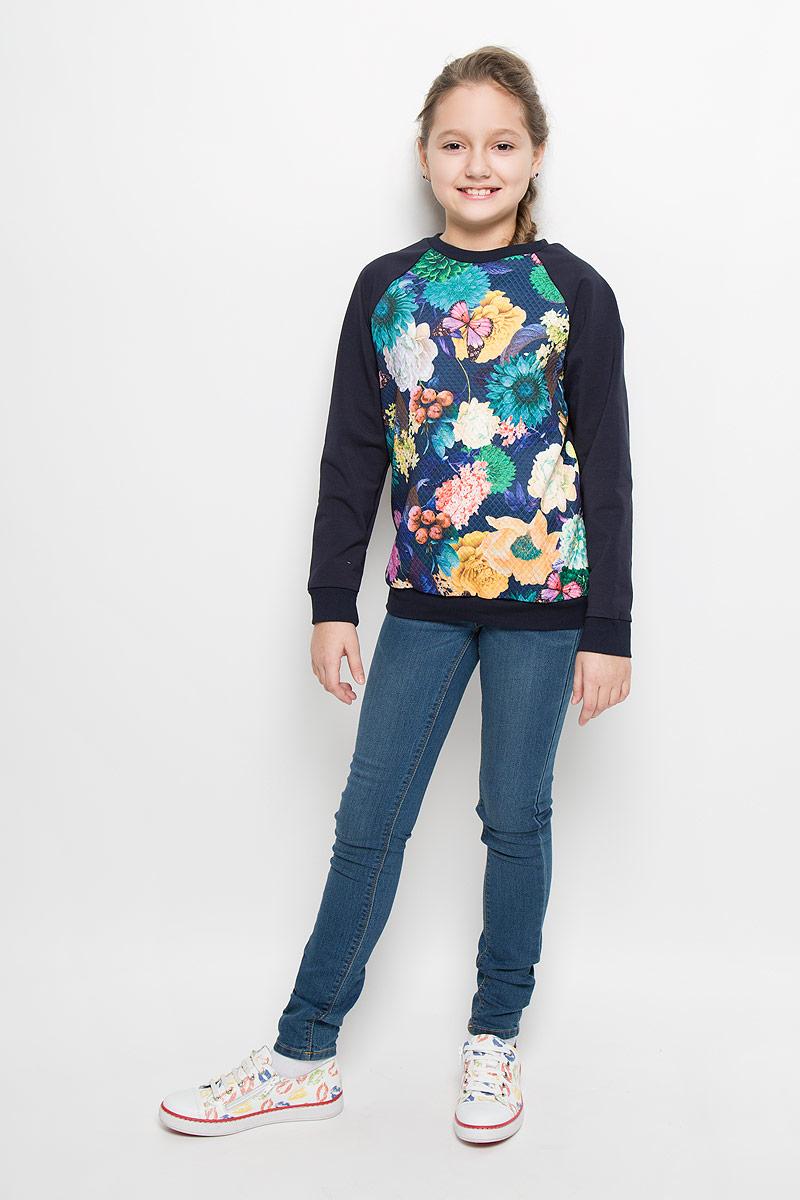 WJK26053S-29Стильный свитшот M&D для девочки выполнен из эластичного хлопка. Модель с круглым вырезом горловины и длинными рукавами-реглан. Свитшот оформлен ярким цветочным принтом.