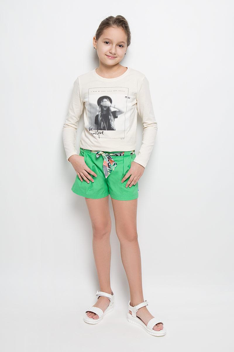 Шорты116BBGK6003Стильные шорты для девочки Button Blue идеально подойдут для активного отдыха и прогулок. Изготовленные из эластичного хлопка, они необычайно мягкие и приятные на ощупь, не сковывают движения малышки и позволяют коже дышать, не раздражают даже самую нежную и чувствительную кожу ребенка, обеспечивая наибольший комфорт. Короткие шортики, оформленные декоративными складками, застегиваются на застежку-молнию сбоку. С внутренней стороны пояс регулируется резинкой на пуговицах. Спереди модель дополнена двумя втачными кармашками. Также в комплект входит тонкий пояс с красочным принтом, который поможет внести завершающий штрих в модный образ вашей дочурки. Оригинальный современный дизайн и модная расцветка делают эти шорты стильным предметом детского гардероба. В них ваша малышка всегда будет в центре внимания!