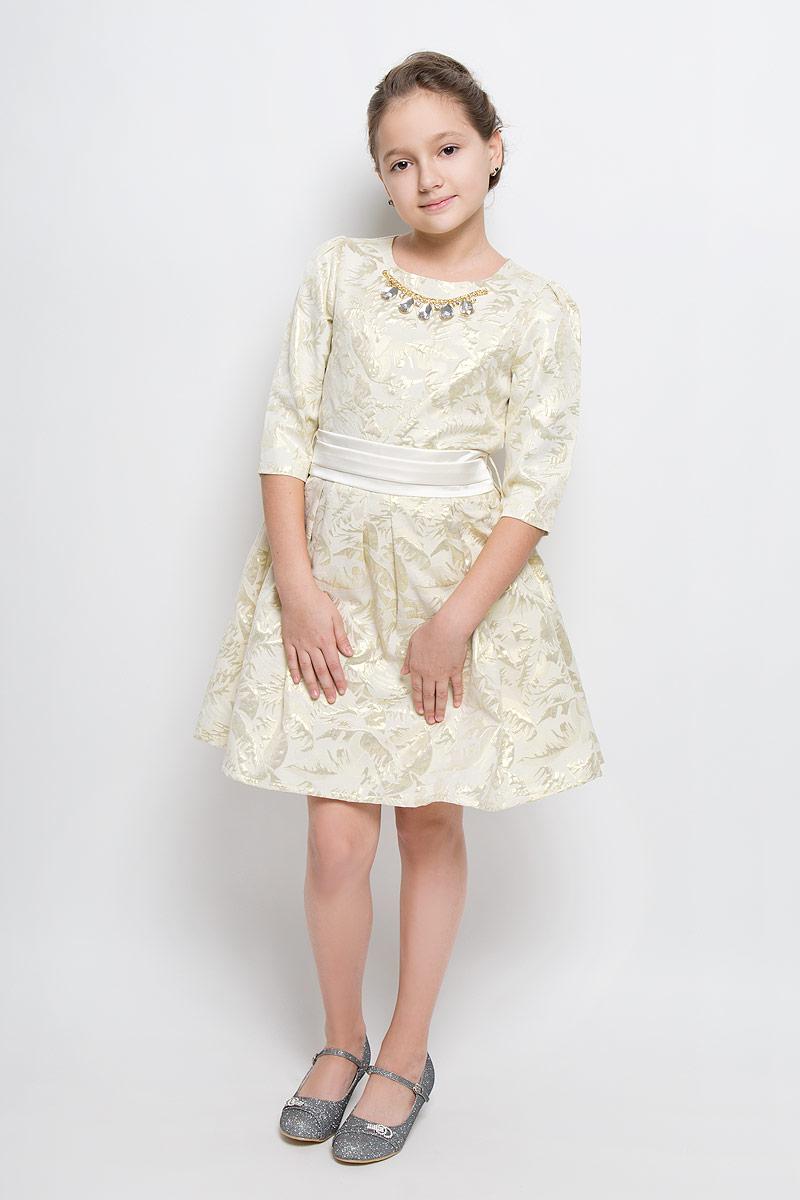 ПлатьеND6507-26Платье для девочки Nota Bene выполнено из 100% полиэстера и дополнено подкладкой из хлопка. Платье-миди с круглым вырезом горловины и рукавами длинной 3/4 и застегивается на потайную застежку-молнию расположенную в боковом шве. Двойная юбка оформлена складками. Второй слой юбки выполнен из сетчатого материала. Платье оформлено оригинальным рисунком и декоративными элементом, а также дополнено текстильным поясом.