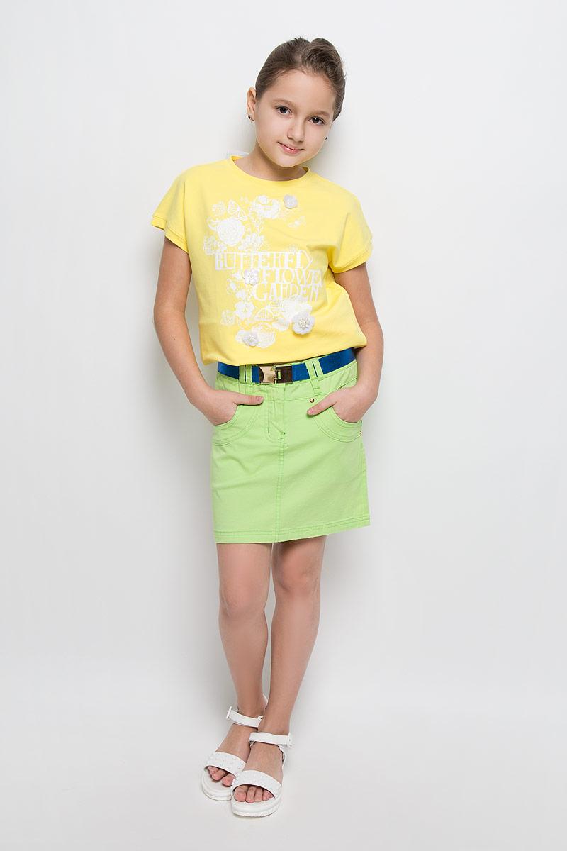 SS162G406-13Стильная джинсовая юбка для девочки Nota Bene идеально подойдет вашей маленькой принцессе для отдыха и прогулок. Изготовленная из эластичного хлопка, она необычайно мягкая и приятная на ощупь, не сковывает движения малышки и позволяет коже дышать, не раздражает даже самую нежную и чувствительную кожу ребенка, обеспечивая ему наибольший комфорт. Юбка-миди на талии застегивается на металлическую пуговицу, также имеются шлевки для ремня и ширинка на застежке-молнии. С внутренней стороны пояс регулируется резинкой на пуговице. Модель спереди дополнена двумя втачными карманами и одним накладным кармашком, а сзади - двумя накладными карманами. Оформлена модель оригинальными клепками. В комплект входит эластичный ремень с застежкой-крючком. Современный дизайн и модная расцветка делают эту юбку модным и стильным предметом детского гардероба. В ней ваша малышка всегда будет в центре внимания!