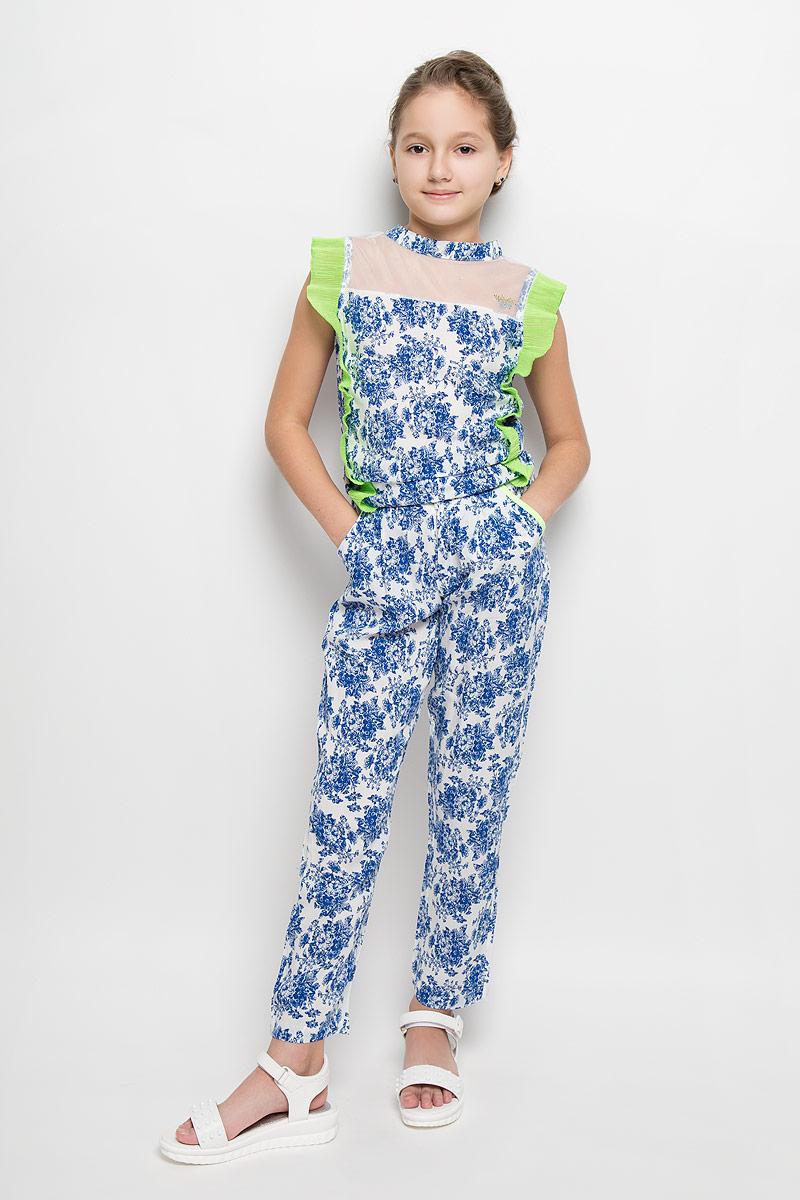 БрюкиSS162G63-10Удобные брюки для девочки Nota Bene идеально подойдут вашей маленькой моднице. Изготовленные из натуральной вискозы, они мягкие и приятные на ощупь, не сковывают движения, сохраняют тепло и позволяют коже дышать, обеспечивая наибольший комфорт. Укороченные брюки-бананы свободного в бедрах кроя имеют широкую мягкую резинку на спинке, благодаря чему не сдавливают живот ребенка и не сползают. Модель застегивается на крючок и ширинку на застежке-молнии, спереди расположены два втачных кармана. Изделие украшено крупным цветочным принтом и оформлено имитацией прорезных карманов сзади. Практичные и стильные брюки идеально подойдут вашей малышке, а модная расцветка и высококачественный материал позволят ей комфортно чувствовать себя в течение дня!