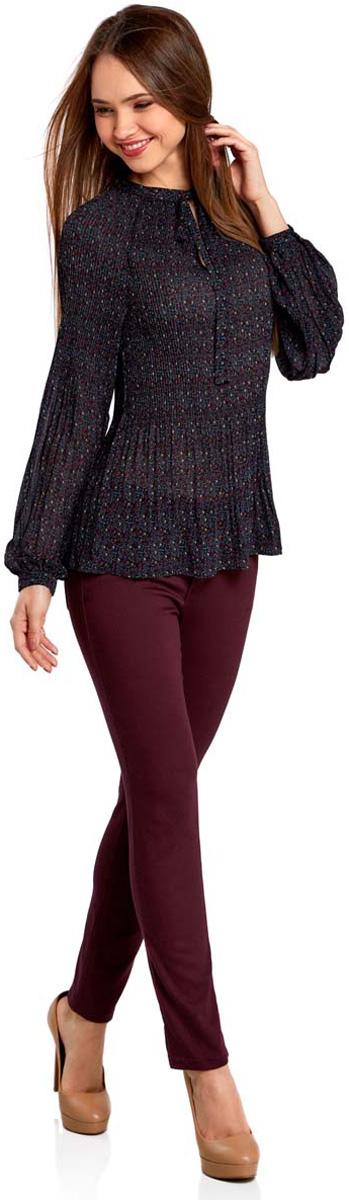 11414005/46166/2973FЖенская блузка oodji Ultra полностью выполнена из полиэстера. Модель из гофрированной ткани с воротником-аскот, узким вырезом на груди и длинными рукавами-реглан. Рукава дополнены манжетами с пуговицами.