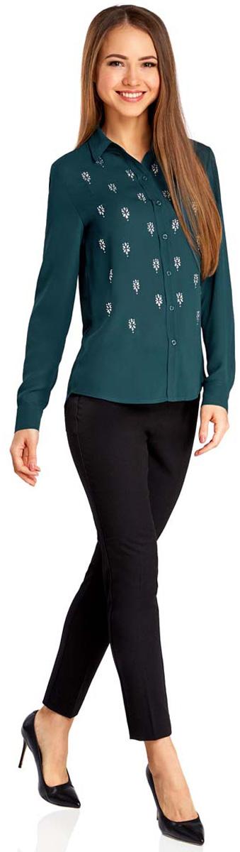 Блузка11411128/36215/2900NСтильная блузка oodji Ultra выполнена полностью из полиэстера. Модель с отложным воротником и длинными рукавами застегивается на пуговицы по всей длине. Рукава, дополненные манжетами с пуговицами, подворачиваются и фиксируются с помощью пуговицы. Передняя часть блузки декорирована объемными стразами.