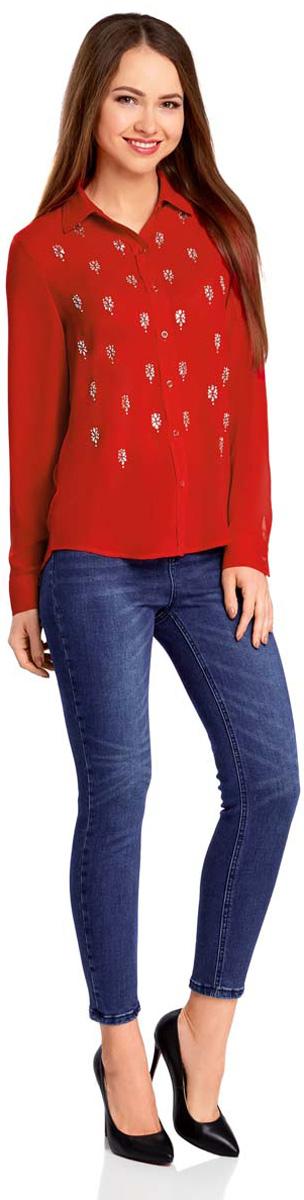 11411128/36215/2900NСтильная блузка oodji Ultra выполнена полностью из полиэстера. Модель с отложным воротником и длинными рукавами застегивается на пуговицы по всей длине. Рукава, дополненные манжетами с пуговицами, подворачиваются и фиксируются с помощью пуговицы. Передняя часть блузки декорирована объемными стразами.