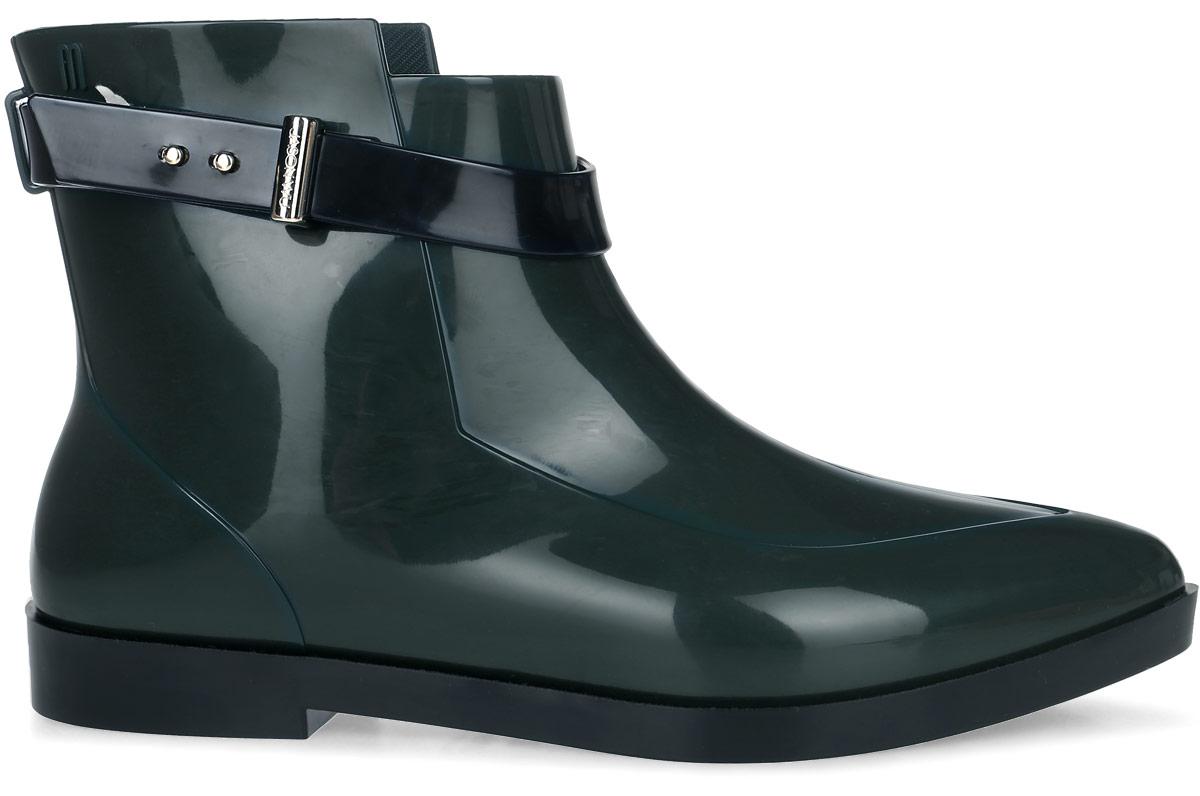 31778-51492Модные резиновые сапоги выполнены в виде коротких ботильонов с острым мысом. и декорированы ремешком. Ботильоны, созданные в сотрудничестве Melissa с американским дизайнером Джейсоном Ву (Jason Wu), пахнут карамелью. Обувь изготовлена из мелфлекса – инновационного пластика, который приспосабливается к форме стопы и дает ноге дышать. Даже в самый дождливый день ваши ноги будут в тепле и уюте!