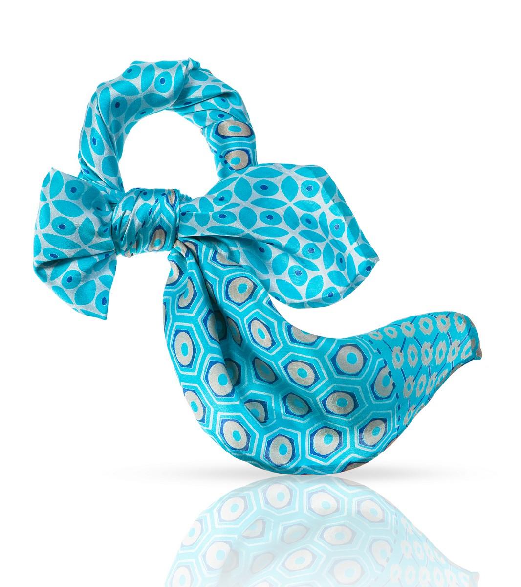 ПлатокSS.KV-SMALL.FLORE.GREYНенавязчивый элегантный узор этого шейного платочка из 100% натурального шелка и удачное цветовое решение делают его идеальным дополнением к наряду в романтическом стиле. Он сыграет важную роль и в деловом костюме, ненавязчиво подчеркнув ваш изысканный вкус и внимание к деталям. Этот высококачественный аксессуар, при всей своей невесомости, скажет о своей носительнице многое: это женщина особенная, она умеет выбирать лучшее и уверенно несет свою уникальность.