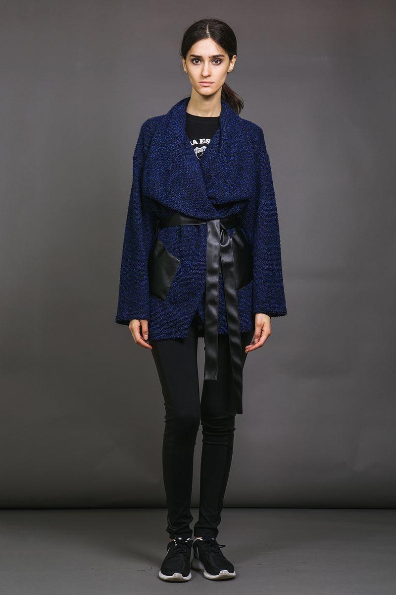 Кардиган53331-1Мягкий уютный кардиган La Via Estelar из плотной ткани имеет два стилизованных под натуральную кожу кармана, широкий и красивый отложной ворот, пояс, подчеркивающий талию и позволяющий комбинировать стили носки. Подобный дизайн позволяет сочетать этот элемент одежды с различными стилями: от делового, до повседневного.