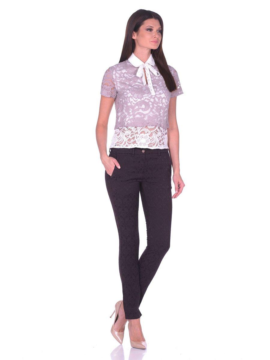 32838Изумительная блуза La Via Estelar создана из комбинации двух тканей. Наложение кружева специально подобранных цветов в сочетании с аккуратным отложным воротничком с застежкой на пуговицу и декоративной лентой, завязывающейся в бант. В дополнение к столь изысканному образу на груди пикантный узкий вырез. Празднично-нарядная блуза для непревзойденного образа