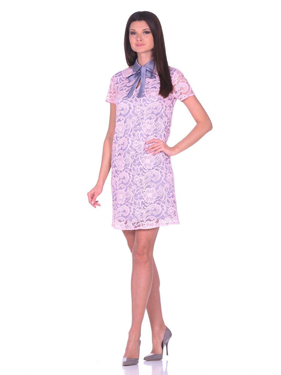Платье12002Кружевное платье с контрастной атласной подкладкой La Via Estelar с отложным воротничком и классическим коротким рукавом украшено пуговицей имитирующей жемчуг. Под воротничком находятся атласные завязки, которые спереди завязываются в бант.