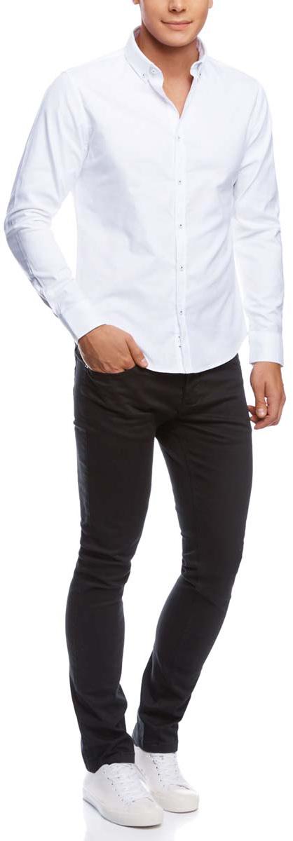 2B120006M/39622N/2500NМужские брюки oodji Basic выполнены из хлопка с добавлением полиуретана. Модель застегивается на пуговицу в поясе и ширинку на пуговицах. Имеются шлевки для ремня. Спереди расположены два втачных кармана и два маленьких прорезных кармашка, сзади - два накладных кармана.