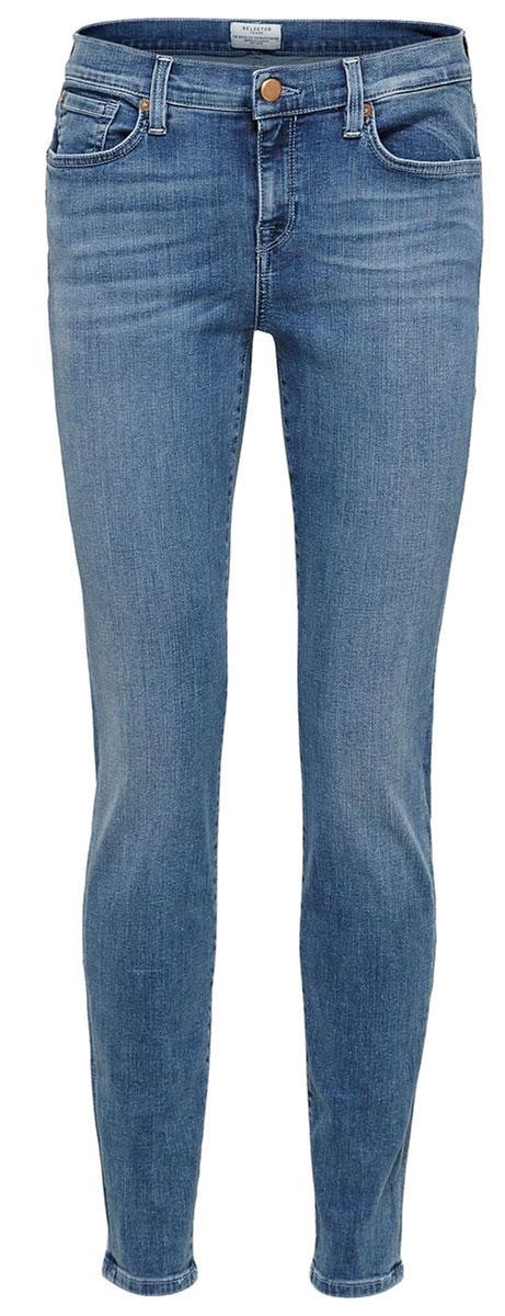 Джинсы16054242_Medium Blue DenimСтильные женские джинсы Selected Femme выполнены из хлопка с добавлением полиэстера и эластана. Материал мягкий и приятный на ощупь, не сковывает движения и позволяет коже дышать. Джинсы-слим средней посадки застегиваются на пуговицу в поясе и ширинку на застежке-молнии. На поясе предусмотрены шлевки для ремня. Спереди модель оформлена двумя втачными карманами и одним маленьким накладным кармашком, а сзади - двумя накладными карманами. Модель оформлена эффектом потертости и перманентными складками.