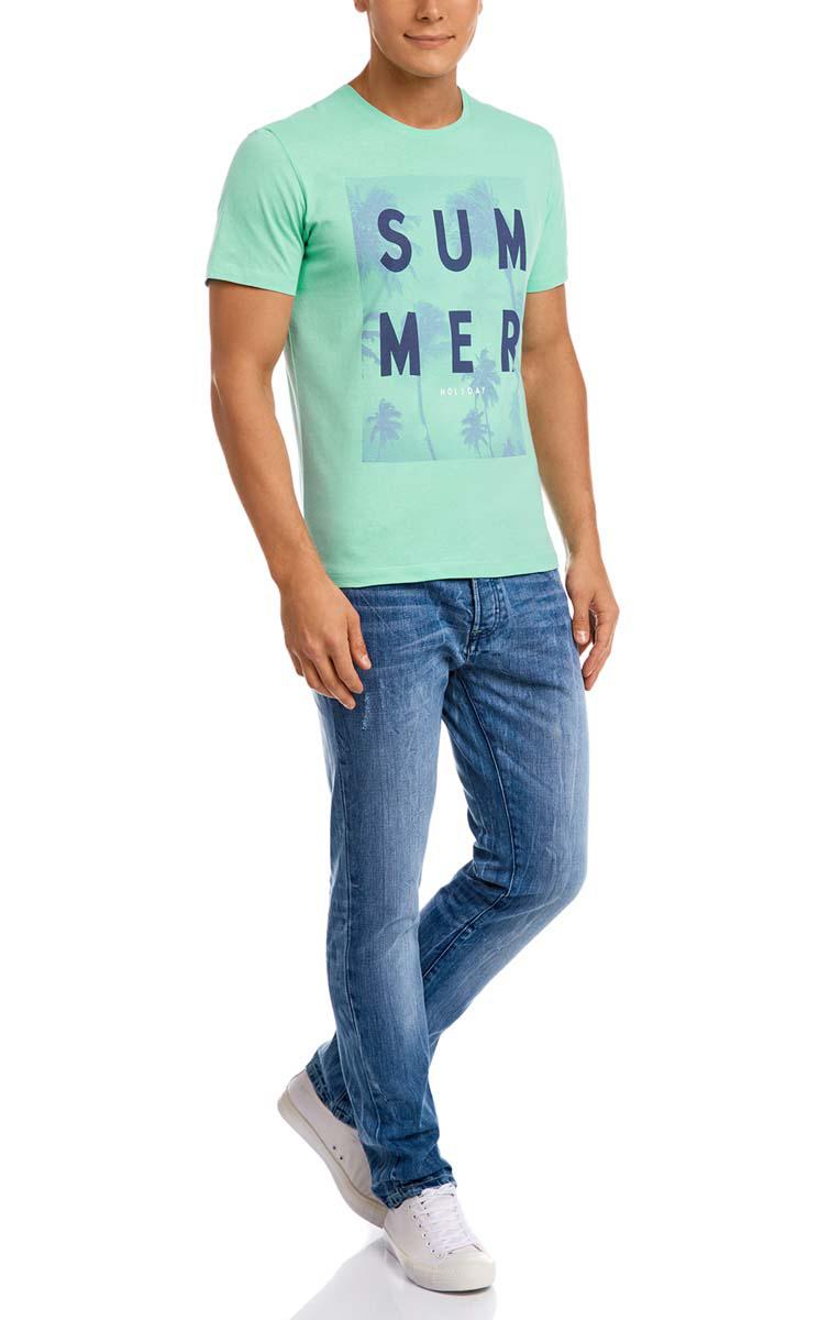 Футболка5L611279M/44135N/6C79PМужская футболка oodji изготовлена из натурального высококачественного хлопка. Выполнена с круглым воротом и классическими короткими рукавами. Оформлена принтом с изображением пальм и надписями на английском языке.