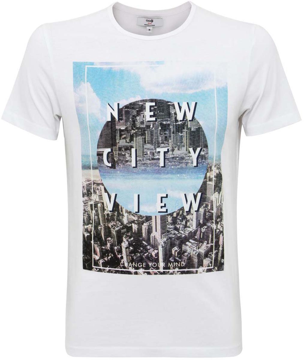 5L611262M/39485N/1070PМужская футболка oodji изготовлена из натурального высококачественного хлопка. Выполнена с круглым воротом и классическими короткими рукавами. Оформлена абстрактным принтом с изображением города, дополнена органичными надписями на английском языке.