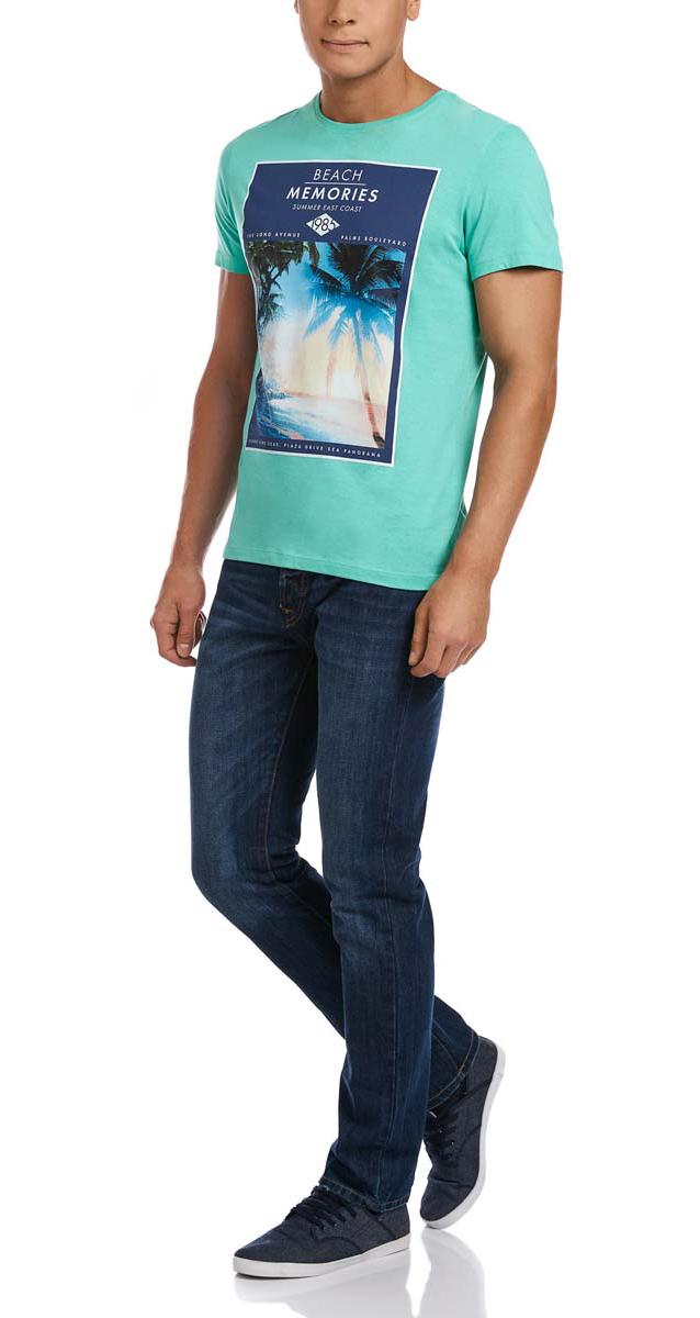 Футболка5L611256M/39485N/6C79PМужская футболка oodji изготовлена из натурального высококачественного хлопка. Выполнена с круглым воротом и классическими короткими рукавами. Оформлена принтом с изображением пляжа и надписями на английском языке.
