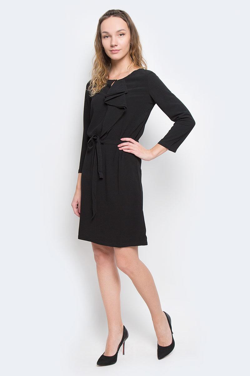 ПлатьеB455526Женское платье Baon - отличный вариант для любого гардероба. Эта модель выручит вас и на свидании, и в деловой обстановке. Платье выполнено из полиэстера с добавлением эластана. Рукава имеют длину 3/4. Круглый вырез горловины оформлен небольшим разрезом, который можно застегнуть на пуговицу золотистого цвета. Модель украшена сборкой-волан, расположенной от горловины до груди. Приталенный силуэт создается при помощи небольшой эластичной вставки на спине и завязывающегося пояса. Идеальный вариант для создания эффектного образа.