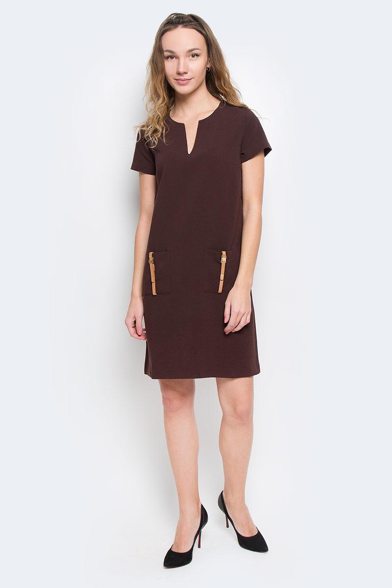B455524Элегантное платье Baon лаконичного дизайна, выполненное из высококачественного плотного материала, займет достойное место в вашем гардеробе. Модель А-силуэта будет уместна в любой ситуации, требующей от вас выглядеть сдержанно и стильно. Изделие застегивается на скрытую пластиковую молнию на спинке. Платье с короткими рукавами и круглым вырезом с V-образным углублением в зоне декольте на груди дополнено вытачками. Спереди модель украшена двумя накладными карманами с декором в виде ремешков с золотистыми пряжками. Это модное и в тоже время комфортное платье послужит отличным дополнением к вашему гардеробу. В таком платье можно отправиться как на работу, так и на встречу с друзьями.