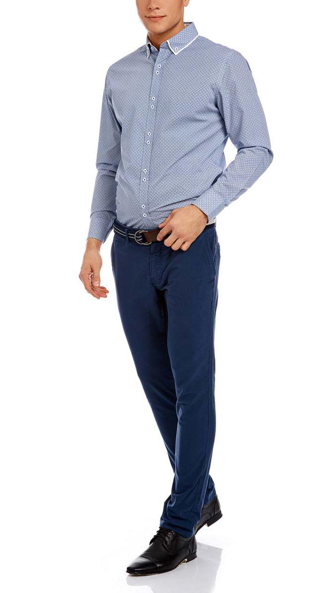 Брюки2L150068M/39396N/2000NСтильные мужские брюки-чинос oodji Lab выполнены из натурального хлопка. Модель-слим стандартной посадки застегивается на пуговицу в поясе и ширинку на застежке-молнии, с внутренней стороны - на пуговицу. Пояс имеет шлевки для ремня. Спереди брюки дополнены двумя втачными карманами и один маленьким прорезным кармашком, сзади - двумя прорезными карманами. В комплект входит текстильный ремень с металлической пряжкой.