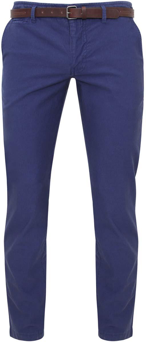 Брюки2L150041M/39396N/7500WМужские брюки oodji Basic выполнены из натурального хлопка. Модель застегивается на пуговицу в поясе и ширинку на молнии. Имеются шлевки для ремня. Спереди расположены два втачных кармана и прорезной кармашек, сзади - два прорезных кармана. В комплект входит ремень из искусственной кожи, дополненный металлической пряжкой.