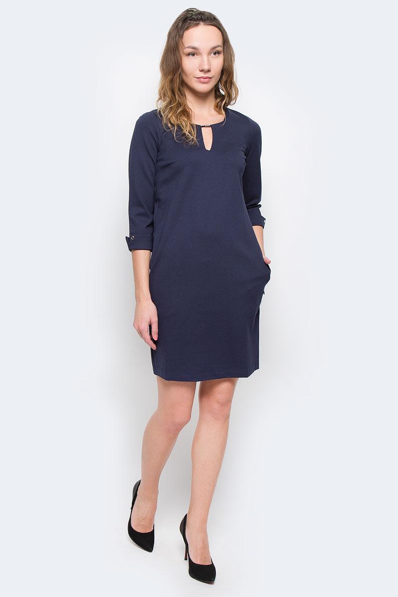 ПлатьеW15-11027Стильное платье Finn Flare, выполненное из высококачественного плотного материала, покорит своим лаконичным дизайном. Модель свободного кроя с рукавом 3/4 и круглым вырезом горловины. Вертикальный вырез украшен металлическим декором. Рукава с отворотом дополнены клепками. По бокам расположены два врезных кармана. Это модное и в тоже время комфортное платье послужит отличным дополнением к вашему гардеробу. В нем вы всегда будете чувствовать себя уютно и комфортно.