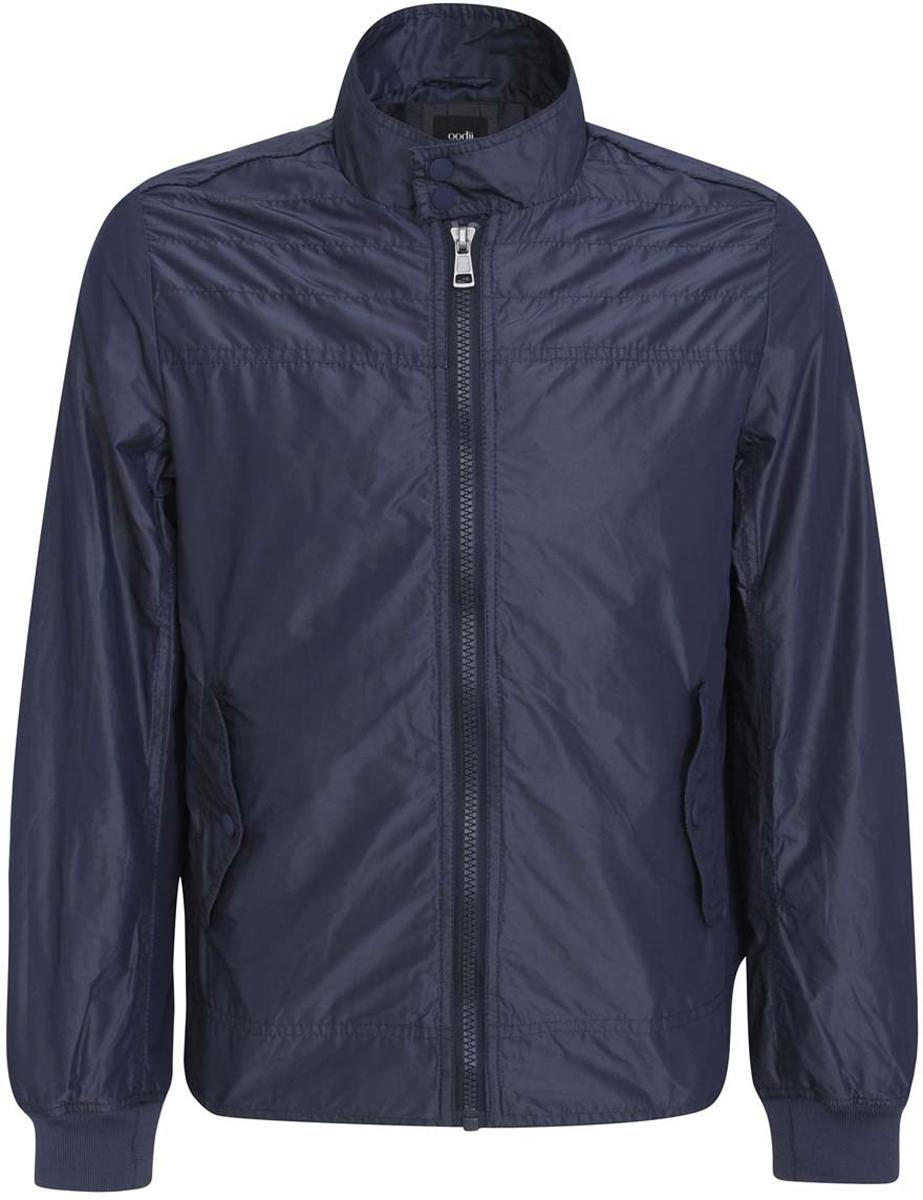 Куртка1L511042M/23478N/7900NМужская куртка oodji изготовлена из полиэстера. Модель застегивается на застежку-молнию, воротник - на две металлические кнопки. Спереди расположены два прорезных кармана с клапанами на кнопках. С внутренней стороны куртки расположен прорезной карман на застежке-молнии.