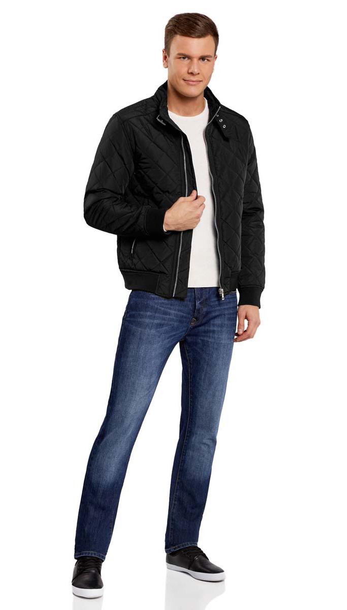 1L111015M/44330N/2900NСтильная мужская куртка oodji Lab изготовлена из высококачественного полиэстера. В качестве утеплителя используется полиэстер. Стеганая модель с воротником-стойкой застегивается на застежку-молнию и дополнительно на небольшой ремешок в области воротника. Спереди расположены два втачных кармана на застежках-молниях, с внутренней стороны - прорезной карман на молнии. Манжеты рукавов дополнены трикотажными напульсниками. По низу куртка также дополнена трикотажной резинкой.