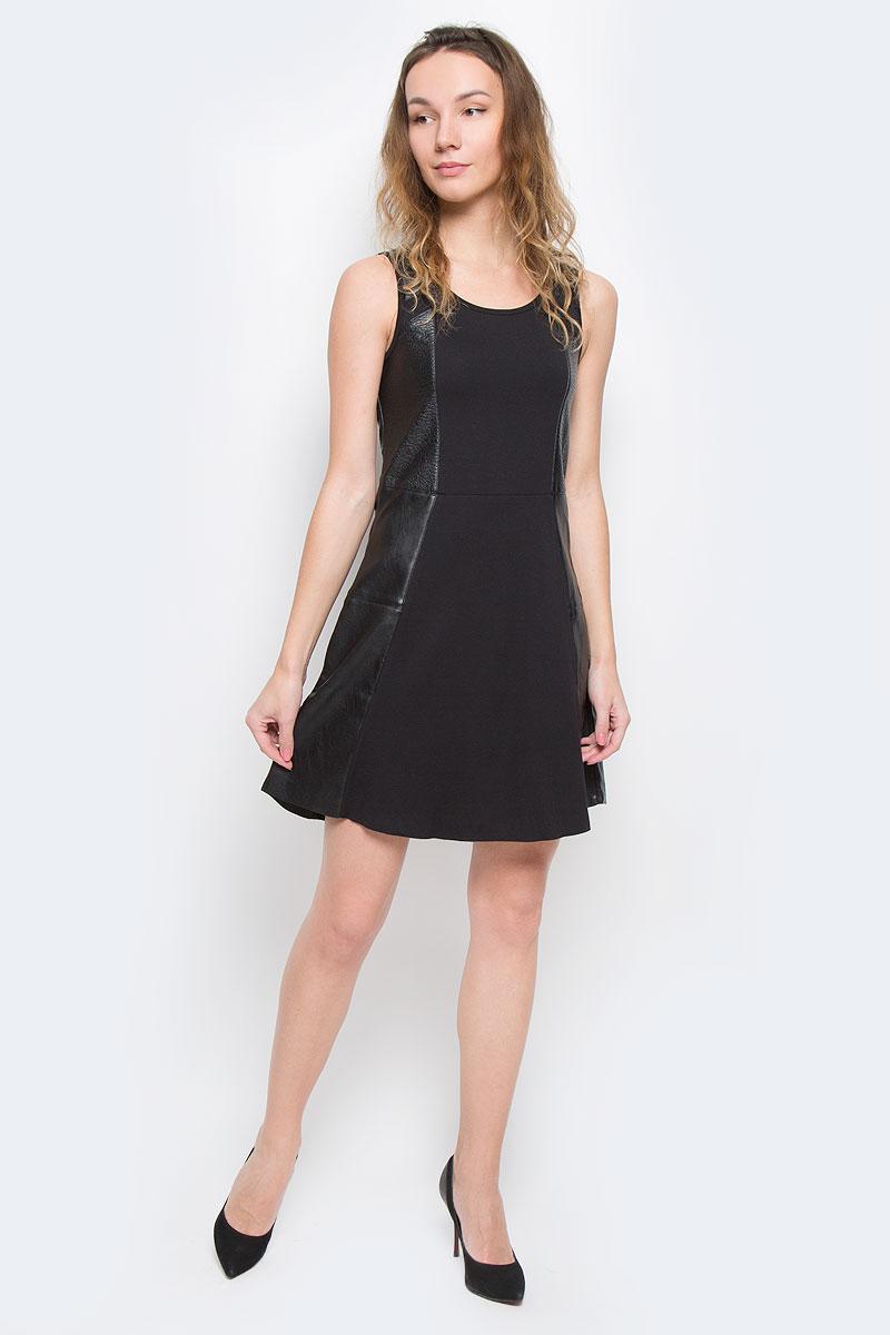 ПлатьеJ2IJ203496Стильное платье Calvin Klein Jeans, выполненное из высококачественных материалов, идеально впишется в ваш гардероб. Модель приталенного силуэта с круглым воротником и без рукавов прекрасно подчеркнет достоинства вашей фигуры. Платье с эффектными вставками из искусственной кожи застегивается на спинке по срединному шву на металлическую застежку-молнию. Низ изделия выполнен с необработанным краем. Это эффектное платье станет отличным дополнением к вашему гардеробу