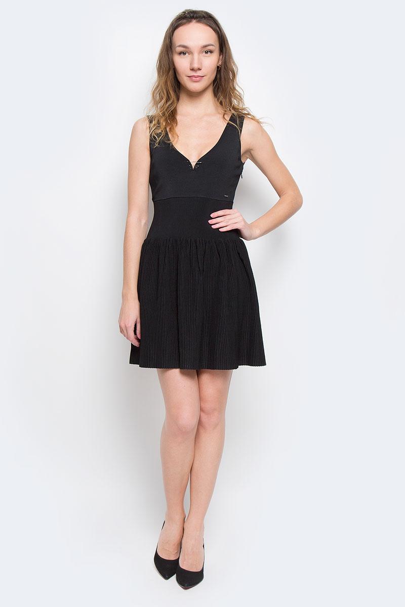 Платье00SJIH-0JAHE/900Очаровательное платье Diesel приталенного силуэта из плотного трикотажа подойдет не только для повседневной носки, но и с легкостью поможет создать романтический образ. Модель с V-образным вырезом горловины и юбкой-солнцем. Модель дополнена декоративными элементами в виде булавок. Это стильное платье подарит вам комфорт и станет отличным дополнением к вашему гардеробу.