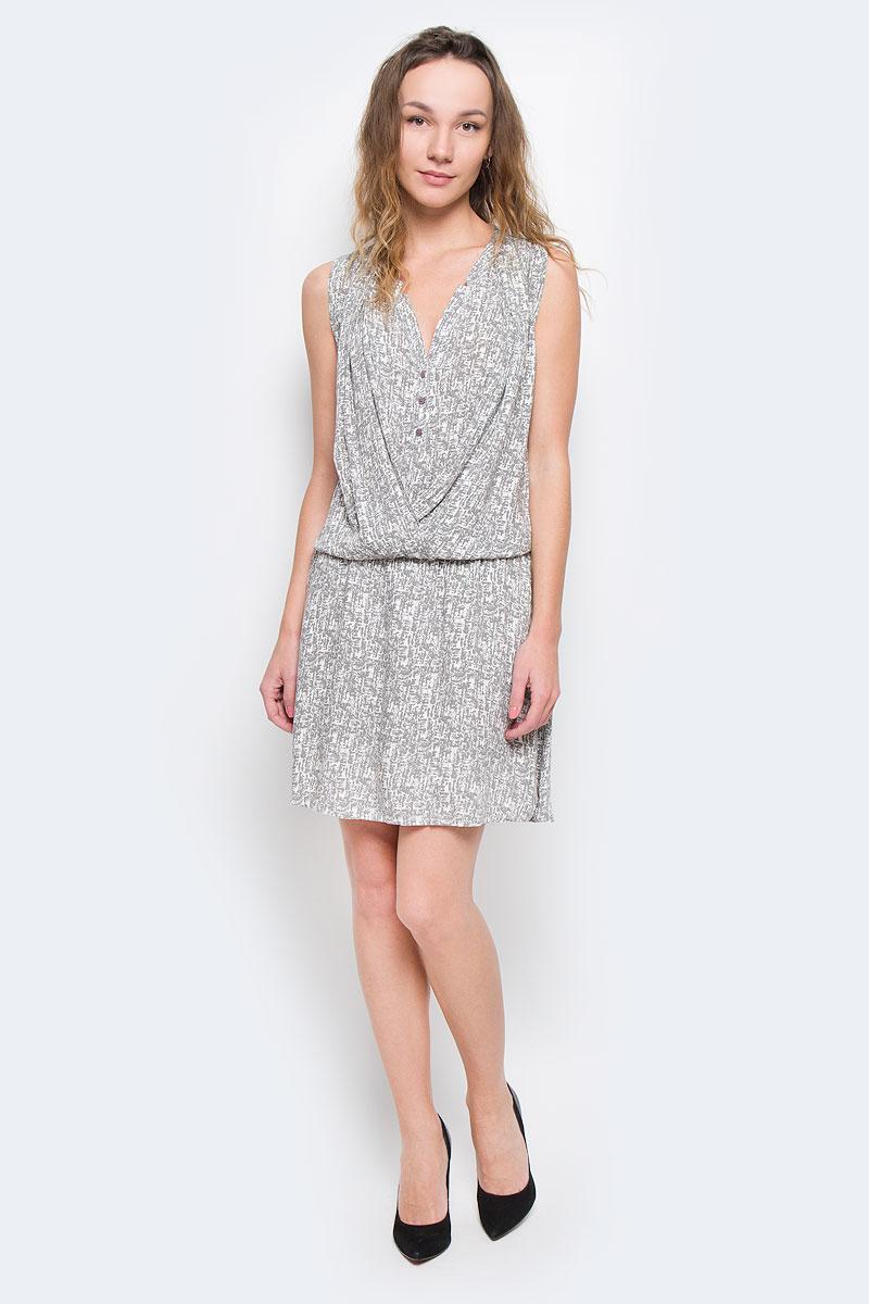 Платье10152651 00BМодное летнее платье Broadway, выполненное из высококачественного материала, - прекрасный вариант для модных женщин, желающих подчеркнуть свою индивидуальность и хороший вкус. Модель с V-образным вырезом горловины, без рукавов, на груди застегивается на пуговки. Линию талии подчеркивает эластичная резинка. Платье оформлено декоративной драпировкой на груди. Лаконичный дизайн и совершенство стиля подчеркнут вашу индивидуальность.
