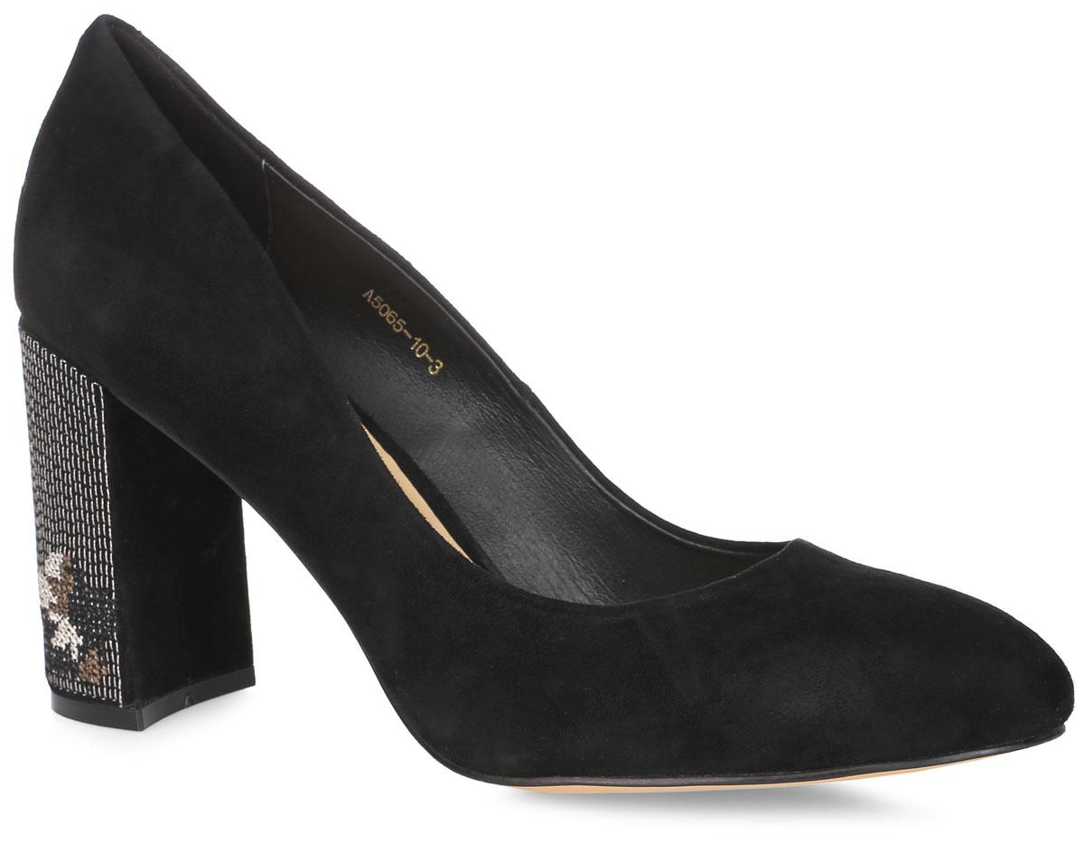 A5065-10-3Элегантные туфли выполнены из натуральной замши. Стелька и внутренняя поверхность выполнены из натуральной кожи, которая обеспечит комфорт при движении и предотвратит натирание. Модель оснащена устойчивым каблуком, оформленным оригинальной вышивкой. Подошва выполнена из термопластичного материала.