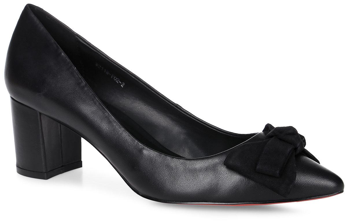 W2119-P02-2Элегантные туфли выполнены из натуральной кожи и оформлены декоративным бантом на мыске. Стелька и внутренняя поверхность выполнены из натуральной кожи, которая обеспечит комфорт при движении и предотвратит натирание. Модель оснащена устойчивым каблуком. Подошва выполнена из термопластичного материала.
