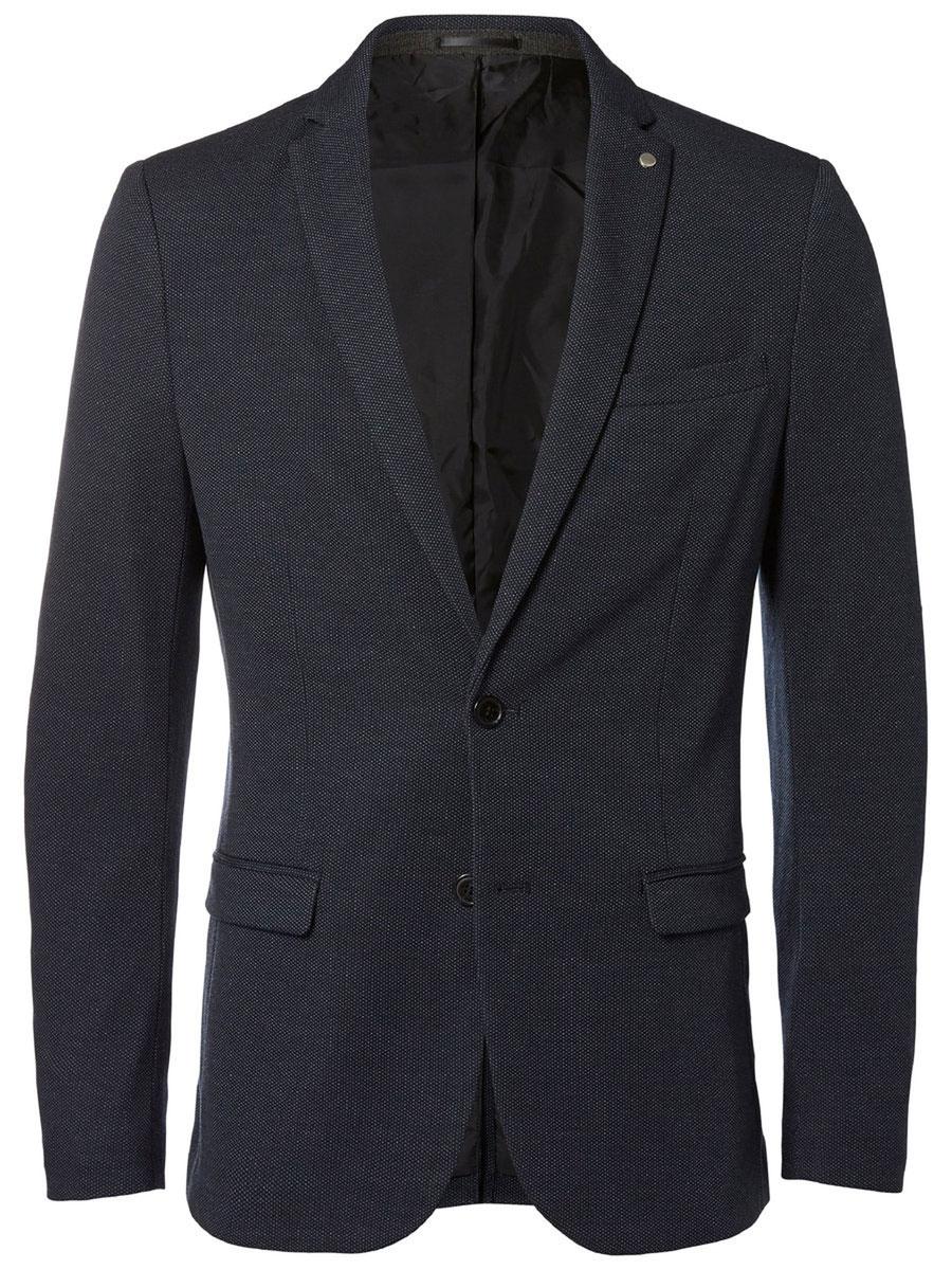 16053142_Navy BlueКлассический мужской пиджак Selected Homme изготовлен из качественного полиэстера с добавлением вискозы. Подкладка выполнена из полиэстера. Пиджак с воротником с лацканами и длинными рукавами застегивается на две пуговицы. Низ рукавов оформлен декоративными пуговицами. Пиджак имеет два втачных кармана с клапанами и нагрудный прорезной кармашек, а с внутренней стороны три прорезных кармана один из которых на пуговице. В среднем шве спинки расположена небольшая шлица.