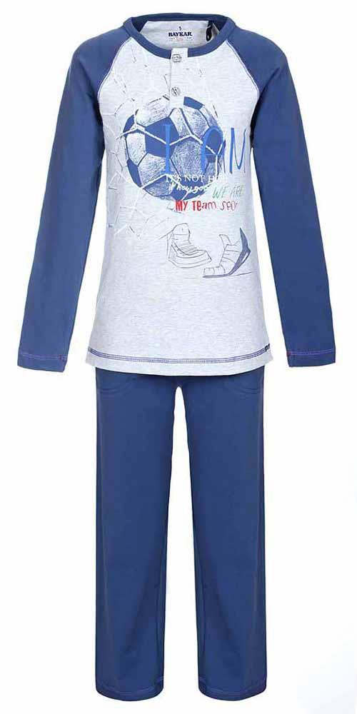N9096220Пижама для мальчика Baykar включает в себя лонгслив и брюки. Пижама изготовлена из эластичного хлопка. Лонгслив с длинными рукавами-реглан и круглым вырезом горловины застегивается на 2 пуговицы на груди. Модель оформлена принтом с изображением футбольного мяча. Свободные брюки с широкой эластичной резинкой на поясе дополнены двумя втачными карманами и имеют комфортные эластичные швы.