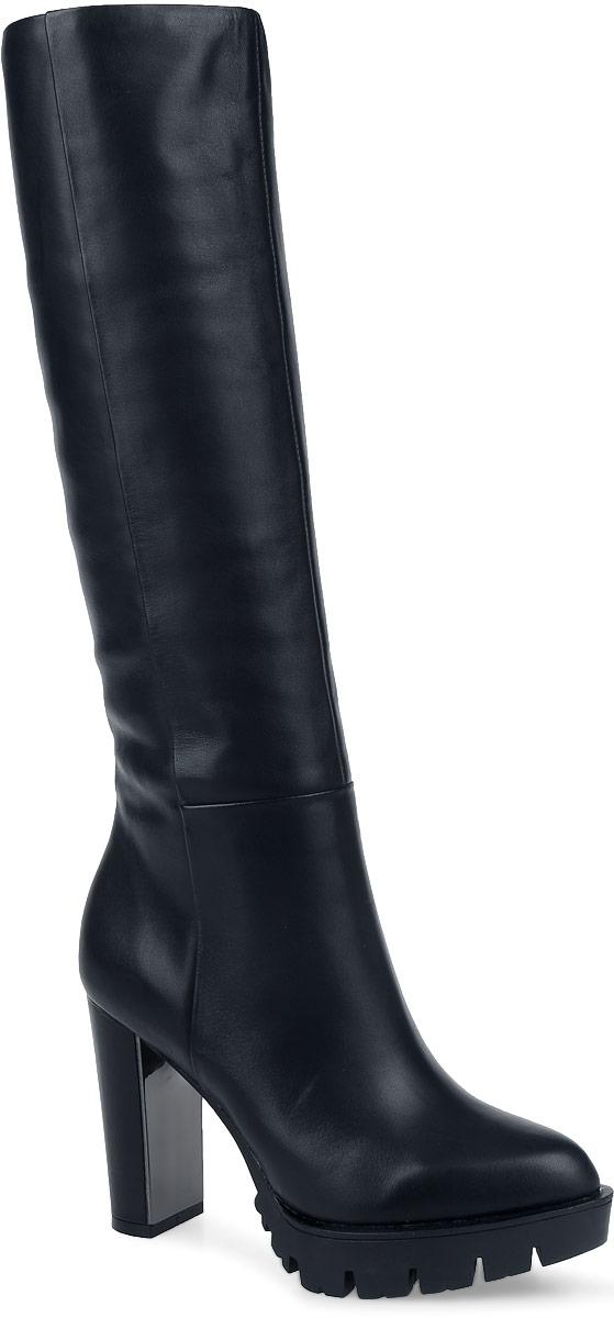 91-171-20-5Модные женские сапоги от Paolo Conte выполнены из натуральной кожи. Подкладка и стелька выполнены из байки. Застегивается модель на боковую застежку-молнию. Эластичные вставки на голенище обеспечивают идеальную посадку модели на ноге. Высокий каблук компенсирован небольшой платформой. С внутренней стороны каблук оформлен вставкой, стилизованной под металл. Подошва и каблук дополнены рифлением.