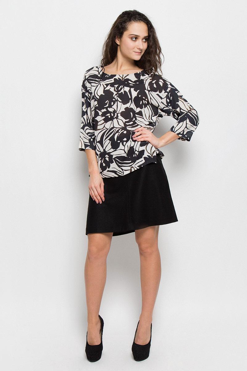 Блузка176542229/G02Женская блузка выполнена из вискозы и полиэстера, оформлена оригинальным принтом. Модель с круглым вырезом горловины и прямыми рукавами три четверти.