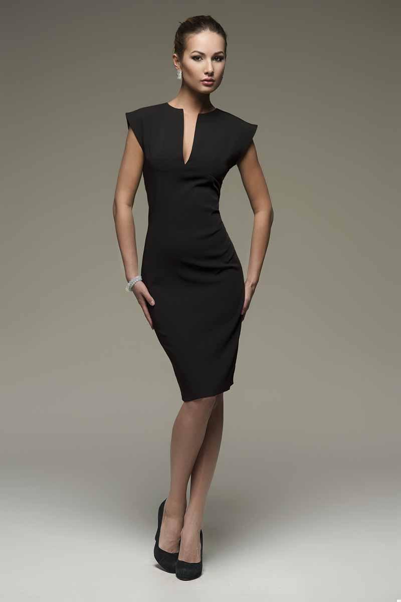 DM00015Платье-футляр 1001 Dress выполнено из плотной костюмной ткани. Обеспечивает идеальную посадку по фигуре. Классический силуэт дополнен эффектным V-образным вырезом.