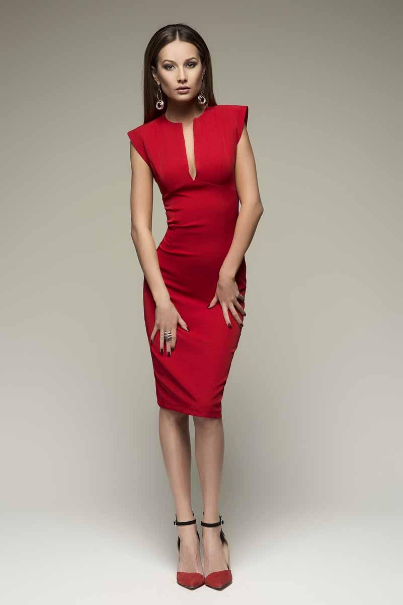 ПлатьеDM00015Платье-футляр 1001 Dress выполнено из плотной костюмной ткани. Обеспечивает идеальную посадку по фигуре. Классический силуэт дополнен эффектным V-образным вырезом.