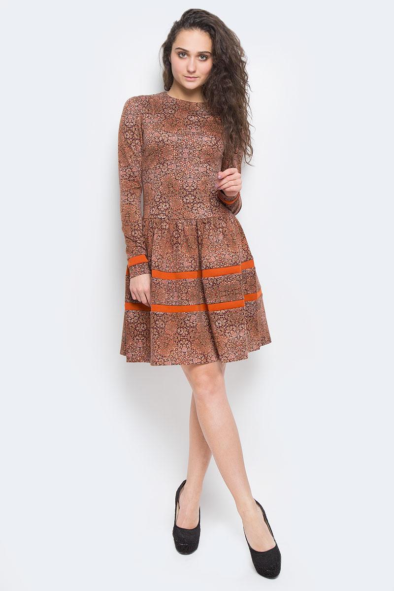 Платье14988-6Платье La Via Estelar выполнено из высококачественного комбинированного материала. Платье-миди с круглым вырезом горловины и длинными рукавами застегивается на потайную застежку-молнию расположенную в среднем шве спинки. Юбка модели дополнена сборками. Платье оформлено оригинальным орнаментом и вставками контрастного цвета.