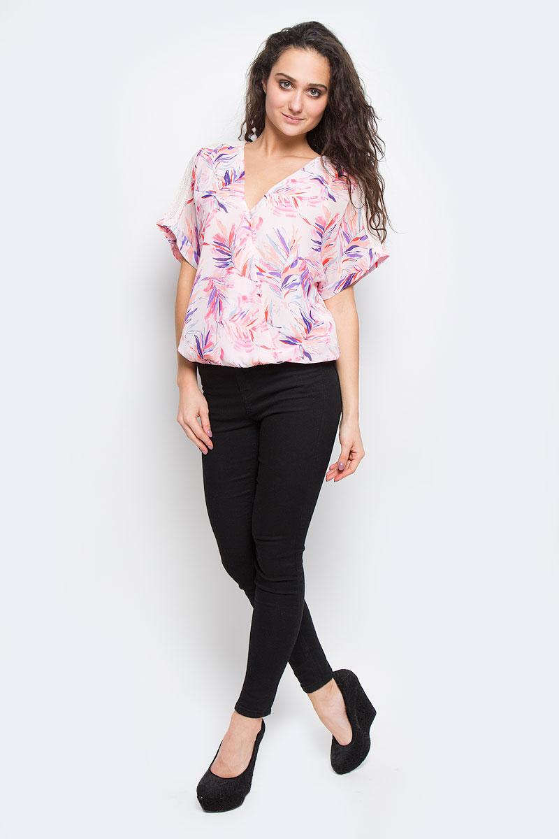 БлузкаPL301406 0AAСтильная женская блуза Pepe Jeans, выполненная из высококачественного материала, подчеркнет ваш уникальный стиль. Модная блузка свободного кроя с короткими рукавами и V-образным вырезом горловины поможет вам создать неповторимый образ. Модель оформлена цветочным принтом. Блузка имеет оригинальный запах на груди, и дополнена эластичной резинкой по низу. Рукава украшены кружевными вставками. Такая блузка будет дарить вам комфорт в течение всего дня и послужит замечательным дополнением к вашему гардеробу.