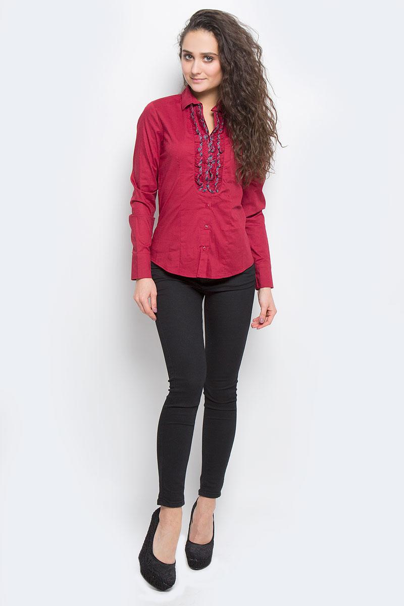 Блузка17282Симпатичная женская блузка F5, выполненная из высококачественного хлопка с небольшим добавлением эластана, очень комфортна при носке. Модель приталенного кроя с длинными рукавами, отложным воротничком и полукруглым низом застегивается на пуговицы. Изделие на груди оформлено вертикальными кокетливыми оборками. Такая блузка будет дарить вам комфорт в течение всего дня и послужит замечательным дополнением к вашему гардеробу.