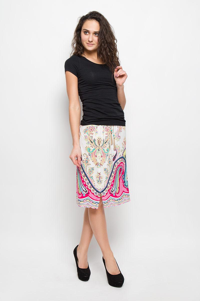 B475411_FLOKS PRINTEDЯркая юбка Baon выполнена из легкой и приятной на ощупь вискозы. Очаровательная юбка имеет эластичную резинку на поясе и затягивается на шнурок, украшенный кисточками и бусинами. Модель дополнена двумя втачными карманами. Она оформлена красочным этническим принтом со сложным узором. Стильная юбка выгодно освежит и разнообразит любой гардероб. Создайте женственный образ и подчеркните свою яркую индивидуальность!
