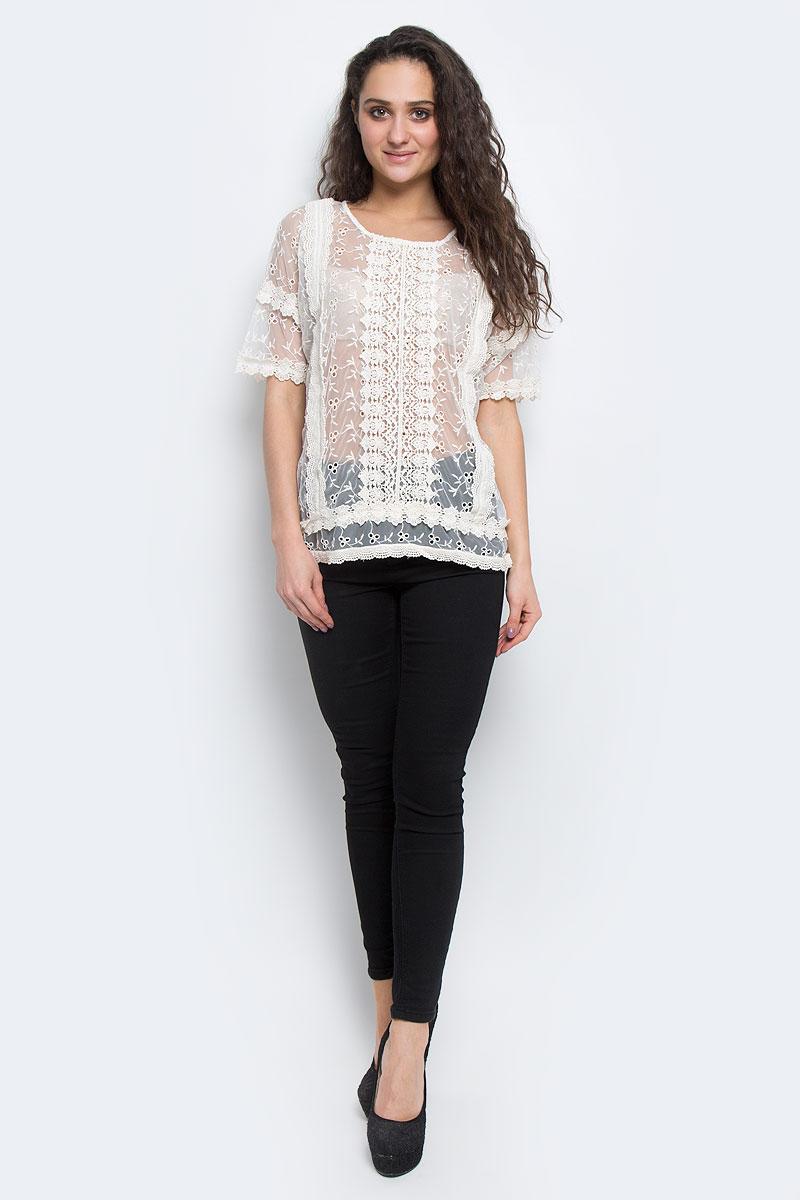 Блузка100729Стильная женская блуза ICHI, изготовленная из высококачественного материала, не сковывает движения, обеспечивая наибольший комфорт. Модель свободного кроя с круглым вырезом горловины и короткими рукавами-кимоно выполнена из микросетки и расшита кружевом. Спинка декорирована небольшой планкой с пуговицами. Такая блуза прекрасно дополнит ваш образ и позволит выделиться из толпы.